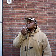 Nederland Rotterdam 12 maart 2007  20070312..Allochtone minderjarige jongen rookt een blowtje in de openbare buitenruimte.Foto David Rozing