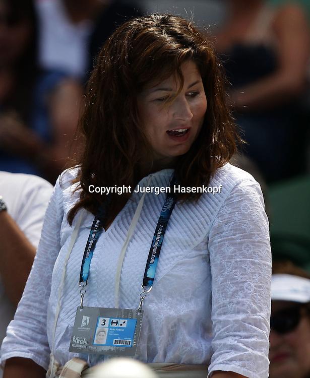 Australian Open 2011, Melbourne Park,ITF Grand Slam Tennis Tournament .Mirka  Federer (SUI) geht zu ihrem Tribuenenplatz