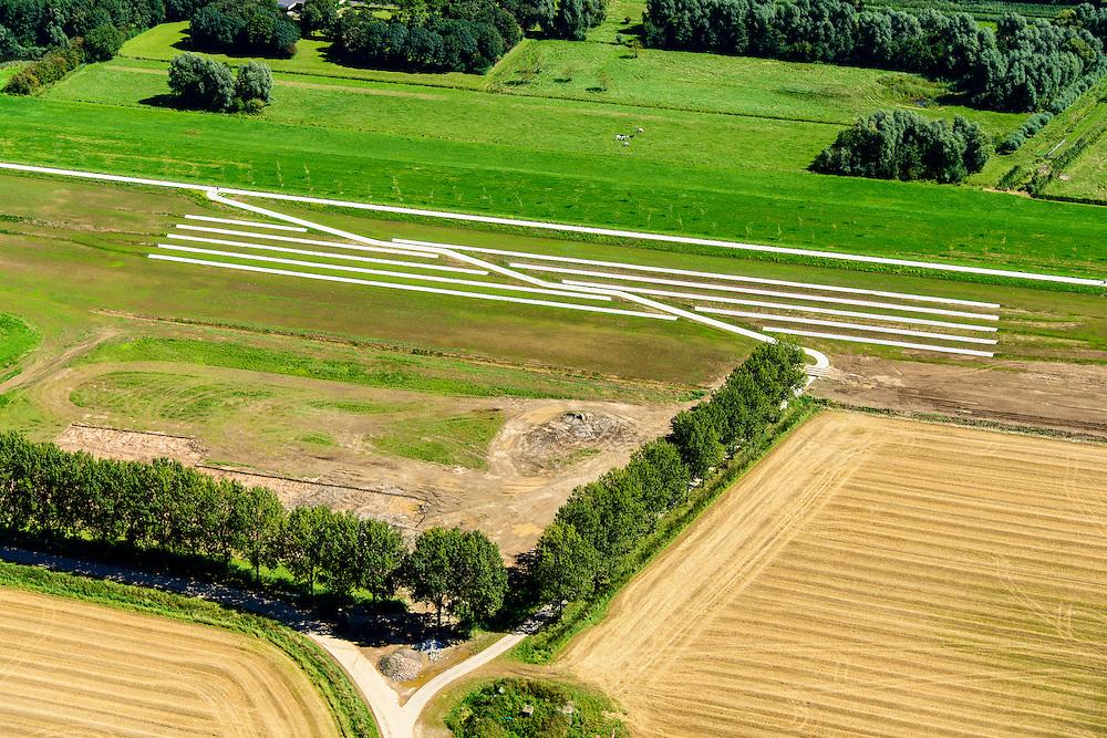 Nederland, Gelderland, Gemeente Brakel, 23-08-2016; Buitenpolder Het Munnikenland, ten oosten van Loevestein aan rivier de Waal. In het kader van het programma Ruimte voor de Rivier is de Waaldijk landinwaarts verlegd en heeft de Waal meer ruimte gekregen waardoor de rivier bij extreem hoogwater meer water kan afvoeren. Er is een nieuwe waterkerende dijk aangelegd, de Wakkere Dijk. Deze tribunedijk, een trapsgewijze dijk, biedt ook zitplaatsen aan bezoekers.<br /> National Project Ruimte voor de Rivier (Room for the River): the Waaldike has been shifted (inland direction) and as a consequence the river can transport the water more efficient in cas of high waters. The new dijk has the form of a gallery, offering seating to visitors.<br /> luchtfoto (toeslag op standard tarieven);<br /> aerial photo (additional fee required);<br /> copyright foto/photo Siebe Swart