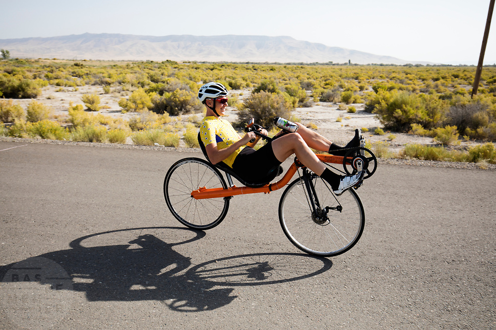 Iris Slappendel rijdt op een ligfiets. In Battle Mountain, Nevada, oefent het team op een weggetje. Het Human Power Team Delft en Amsterdam, dat bestaat uit studenten van de TU Delft en de VU Amsterdam, is in Amerika om tijdens de World Human Powered Speed Challenge in Nevada een poging te doen het wereldrecord snelfietsen voor vrouwen te verbreken met de VeloX 7, een gestroomlijnde ligfiets. Het record is met 121,44 km/h sinds 2009 in handen van de Francaise Barbara Buatois. De Canadees Todd Reichert is de snelste man met 144,17 km/h sinds 2016.<br /> <br /> With the VeloX 7, a special recumbent bike, the Human Power Team Delft and Amsterdam, consisting of students of the TU Delft and the VU Amsterdam, wants to set a new woman's world record cycling in September at the World Human Powered Speed Challenge in Nevada. The current speed record is 121,44 km/h, set in 2009 by Barbara Buatois. The fastest man is Todd Reichert with 144,17 km/h.