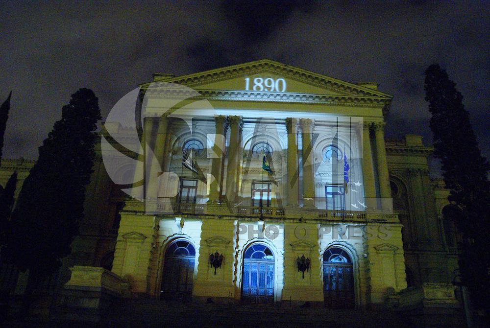 """SÃO PAULO, SP, 05 DE DEZEMBRO DE 2009 - PROJEÇÕES NATALINAS NO MUSEU DO IPIRANGA - Foi inaugurada na noite deste sábado o espetáculo """"Projeções Natalinas"""" no Museu do Ipiranga. De quinta a domingo - das 20h30 às 20h45; 21h05 às 21h20; 21h40 às 21h55; 22h15 às 22h30. Noite de Natal - 20h30 às 20h45; 21h05 às 21h20. Até o dia 27/12 no bairro do Ipiranga na região sul da capital paulista FOTO: BRAZIL PHOTO PRESS"""