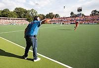 AMSTELVEEN -  bondscoach Max Caldas (Ned)  tijdens  de  gewonnen finale Belgie-Nederland (2-4) bij de Rabo EuroHockey Championships 2017. rechts op de voorgrond Billy Bakker .  COPYRIGHT KOEN SUYK