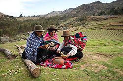 Fortunata Melo, Petronila Curo Melo y Ana Flores Choque, de izq. a der., sirven Sanku, comida tradicional hecha a base de granos, en Ccotataqui, en el distrito de Pisaq, en el Cusco.