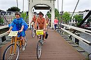 De negende Nederlandse editie van de World Naked Bike Ride gereden.<br /> Een ludieke actie, wereldwijd en jaarlijks, v&oacute;&oacute;r fietsen als het meest milieuvriendelijk vervoer, tegen de afhankelijkheid van olie en tegen het groeiende autoverkeer met al zijn luchtvervuiling. ROBIN UTRECHT