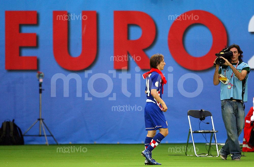 FUSSBALL EUROPAMEISTERSCHAFT 2008 Oesterreich - Kroatien    08.06.2008 Torschuetze zum 0:1 Luka Modric  ( Kroatien ) nach Spielende vom Platz gehend
