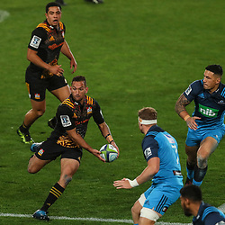 Aaron Cruden of the Chiefs looks to pass during the Super Rugby Match between the Blues and the Chiefs at Eden Park in Auckland, New Zealand on Friday 26  May 2017. Photo: Simon Watts / www.lintottphoto.co.nz