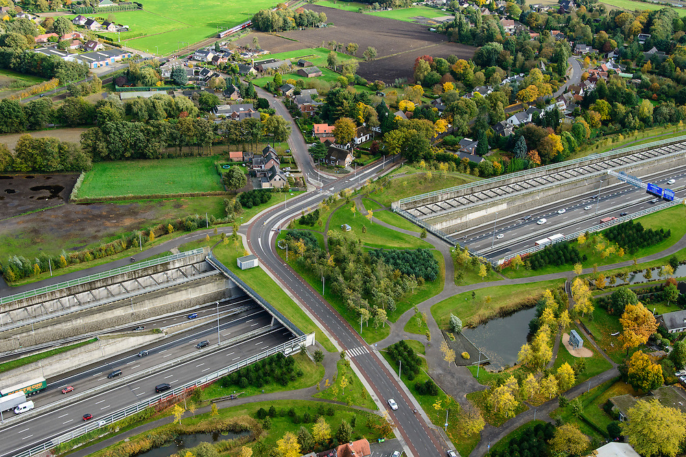 Nederland, Noord-Brabant, Gemeente Breda, 23-10-2013; Infrabundel, combinatie van autosnelweg A16 gebundeld met de spoorlijn van de HSL (boven). Stadsduct Valdijk in de voorgrond. De bundel loopt in tunnelbakken, lokale wegen gaan over deze infrabundel heen, door middel van de zogenaamde stadsducten, gedeeltelijk ingericht als stadspark. Combination of motorway A16 and the HST railroad, crossed by local roads by means of *urban ducts*, partly designed as public parks.<br /> luchtfoto (toeslag op standard tarieven);<br /> aerial photo (additional fee required);<br /> copyright foto/photo Siebe Swart