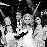 NLD/Hilversum/20141219- Finale The Voice of Holland 2014, winnaars O'gene met hun troffee en coach Marco Borsato