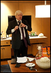 Mayor of London Boris Johnson puts his tie on before making a speech to England Cricketers, Mumbai, Wednesday November 28, 2012. Photo by Andrew Parsons / i-Images