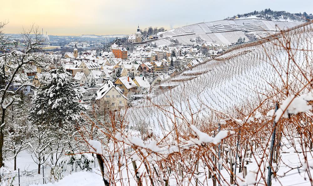 Verschneite Weinberge und Kirche über Stuttgart-Uhlbach