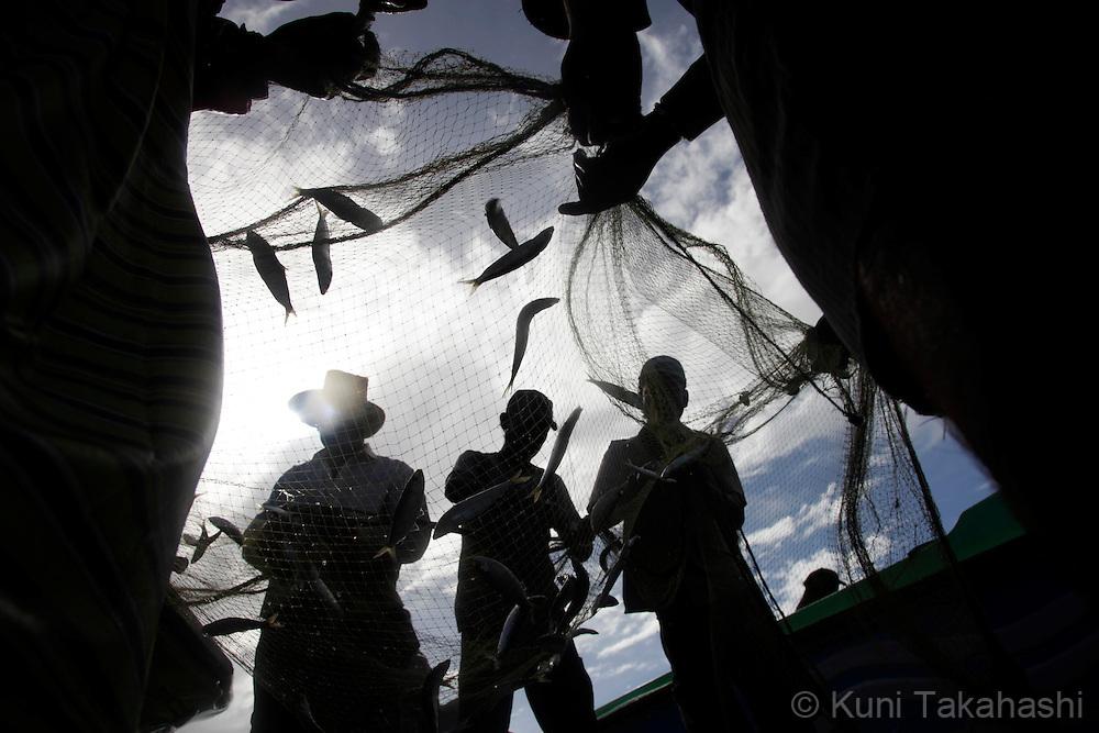 Fishermen in Negombo, 40km north of Colombo, Sri Lanka, on Oct 6, 2010.<br /> Photo by Kuni Takahashi