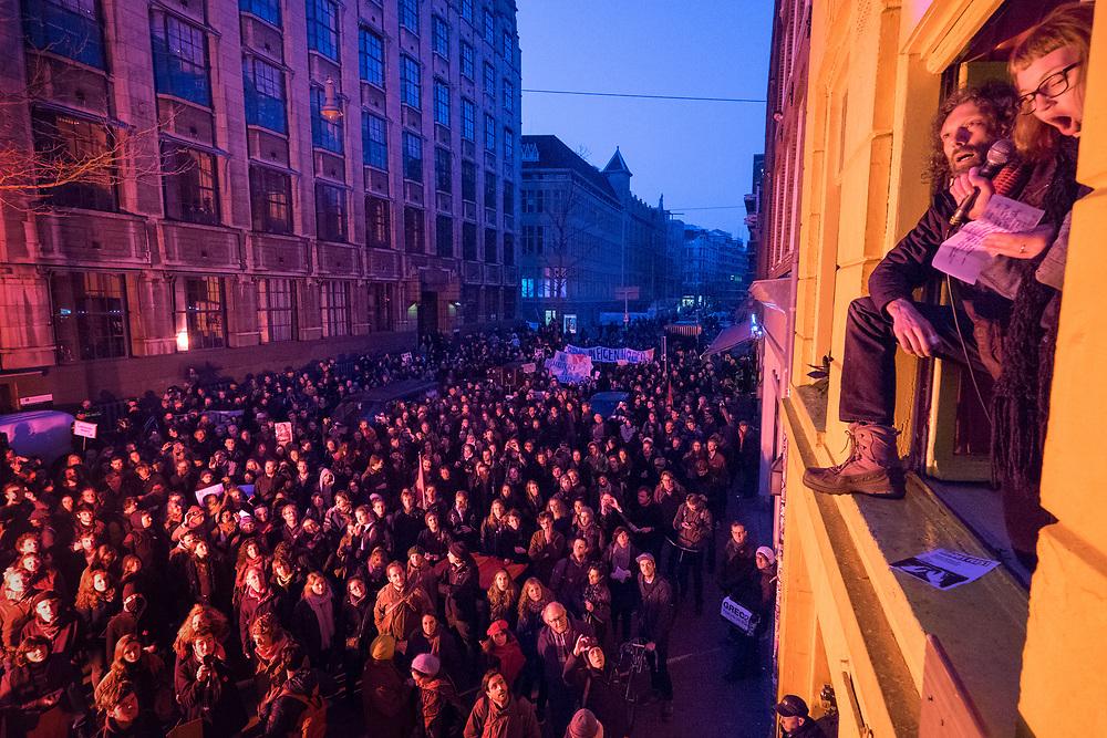Nederland, Amsterdam, 13 maart  2015<br /> Studentenprotest. Demonstratie georganiseerd door De Nieuwe Universiteit en Rethink UvA, voor meer zeggenschap in het bestuur van de Universiteit van Amsterdam. De demonstratie vertrok vanuit het Maagdenhuis.<br /> Toespraak vanuit een kraakpand in de Spuistraat, aan de overkant het Bungehuis, dat een tijdje bezet was door de studenten.<br /> Foto: (c) Michiel Wijnbergh