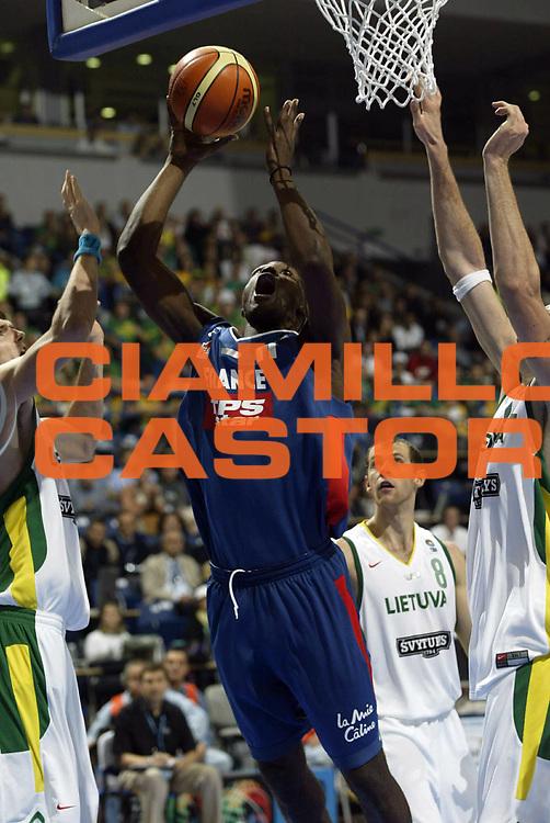 DESCRIZIONE : Belgrado Belgrade Eurobasket Men 2005 Francia-Lituania<br /> GIOCATORE : Florent Pietrus<br /> SQUADRA : Francia France<br /> EVENTO : Eurobasket Men 2005 Campionati Europei Uomini 2005<br /> GARA : Francia Lituania France Lithuania<br /> DATA : 22/09/2005<br /> CATEGORIA :<br /> SPORT : Pallacanestro<br /> AUTORE : Ciamillo&amp;Castoria/Fiba Europe Pool