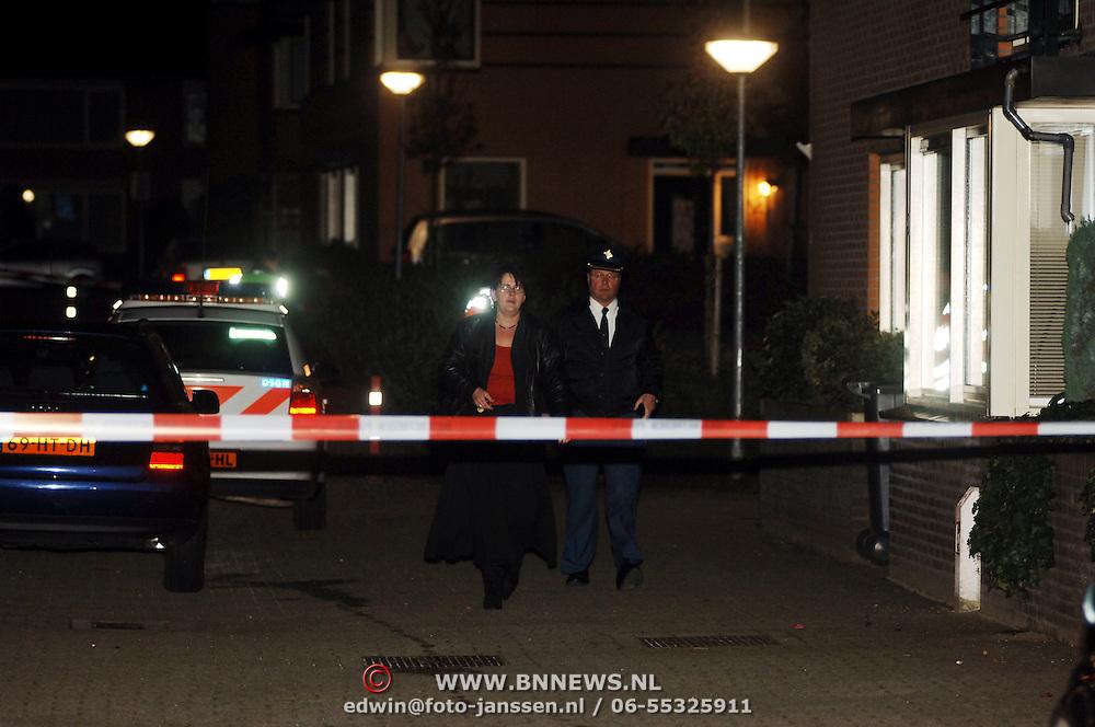 NLD/Amsterdam/20051109 - Brandbom aanslag op de woning van burgemeester Jos Verdier gemeente Huizen, recherche Huizen verlaat het pand