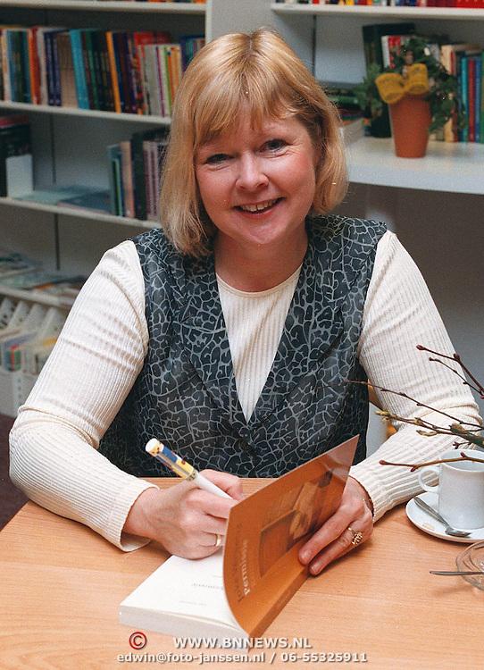 Schrijfster Joke Verweerd signeert boeken bij de Echo Huizen