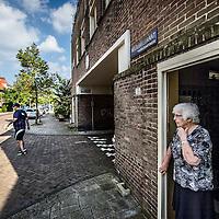 Nederland, Amsterdam, 30 augustus 2016.<br /> Betondorp Watergraafsmeer is een wijk met armoede.<br /> Op de foto: Sfeerimpressie in de Veeteeltstraat nabij Brink.<br /> N.B. PERSOON OP DE FOTO HEEFT NIKS MET STREKKING VERHAAL TE MAKEN!<br /> <br /> Foto: Jean-Pierre Jans