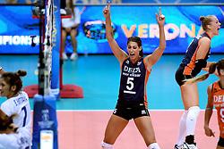 24-09-2014 ITA: World Championship Volleyball Thailand - Nederland, Verona<br /> Vreugde bij Robin de Kruijf, Femke Stoltenborg