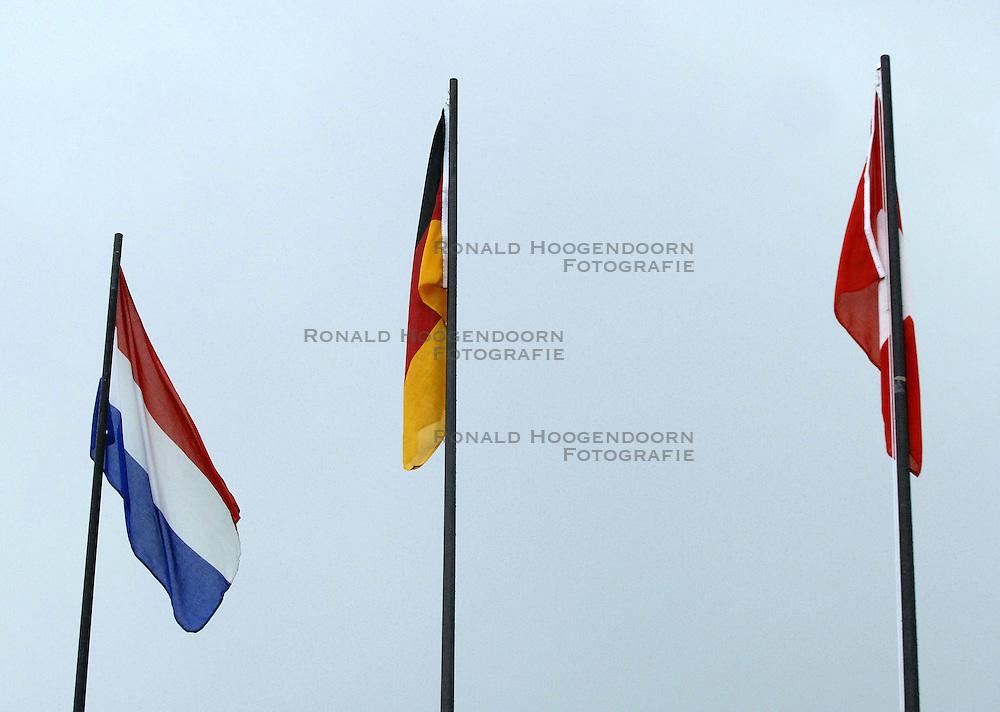 26-08-2006: VOLLEYBAL: NESTEA EUROPEAN CHAMPIONSHIP BEACHVOLLEYBALL: SCHEVENINGEN<br /> Vlaggen item<br /> &copy;2006-WWW.FOTOHOOGENDOORN.NL