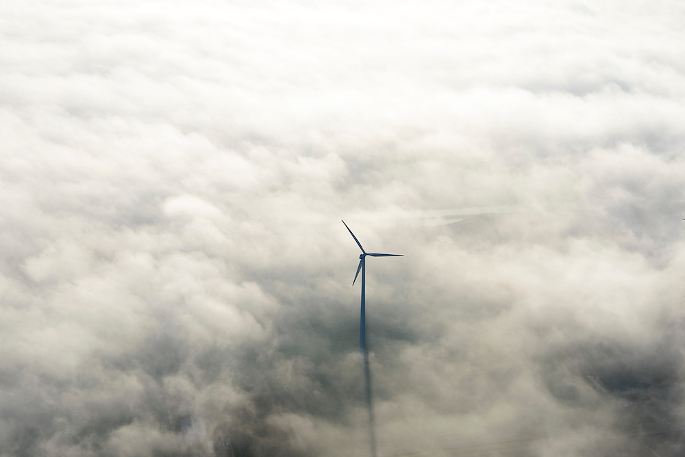 Nederland, Flevoland, Lelystad, 11-12-2013; windmolens steken boven de mist en wolken uit. Zuidelijk Fleovloand, tussen Vogelweg en Gooiseweg (ten ZO Almere)<br />