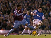 Photo: Glyn Thomas.<br />Birmingham City v West Ham United. The Barclays Premiership. 05/12/2005.<br /> Birmingham's David Dunn (R) shoots past Danny Gabbidon.