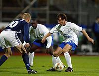 Fotball, 3. oktober 2002. Stavanger Stadion,  Viking - Chelsea. Gianfanco Zola, Chelsea, mot Toni Kuivasto, Viking.