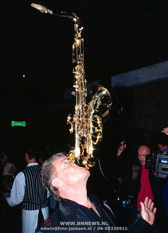 Opening Bluescafe Schowbizzcity, Hans Dulfer met saxofoon op zijn kin