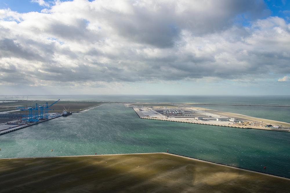 Nederland, Zuid-Holland, Rotterdam, 23-10-2013; Tweede Maasvlakte (MV2) met links Prinses Amaliahaven en rechts de Prinsen Alexiahaven. Midden aanleg nieuwe containerterminal van Rotterdam World Gateway (RWG) met diepzee kadewal voor ultragrote schepen. Links Aanleg APM Terminals (Maersk Line) en in de voorgrond de Prinses Arianahaven.<br /> New Maasvlakte (MV2), new harbour area Port of Rotterdam, artificial land.<br /> luchtfoto (toeslag op standard tarieven);<br /> aerial photo (additional fee required);<br /> copyright foto/photo Siebe Swart