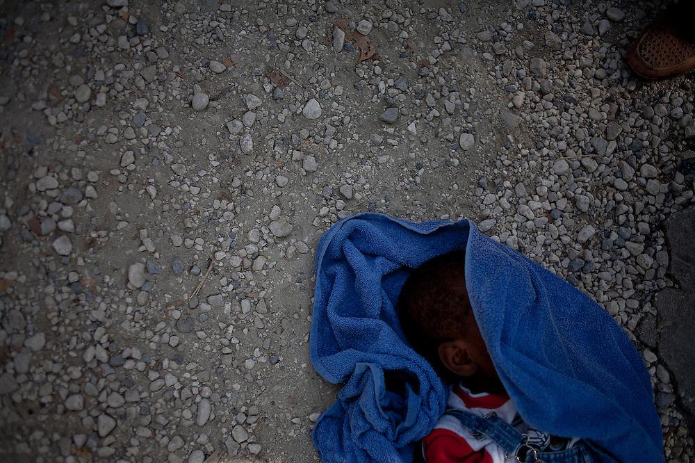 Durante la segunda quincena del mes de Octubre de 2010 comenzaron a aparecer casos de C&oacute;lera en la regi&oacute;n de Artibonite, en Hait&iacute;. Desde entonces la epidemia ha dejado m&aacute;s de 4.500 muertos y cerca de 250.000 afectados.<br /> <br /> A dead child rests on the ground after being examined by a Cuban Doctor at the entrance of one of the Arcahaie's Hospitals. His dad traveled in a moto-taxi carrying his son on his arms for a long way, but when they arrived the boy was already death.<br /> <br /> Andr&eacute;s Mart&iacute;nez Casares/EFE