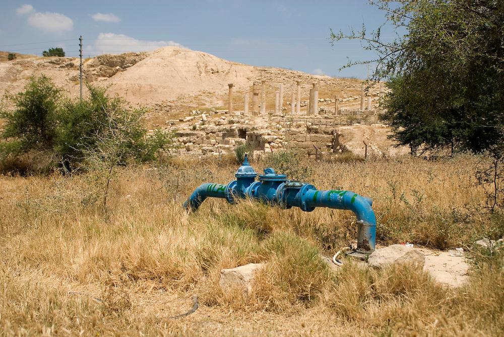 Les puits de la ville de Pella sont situés au milieu de ruines romaines. Pella, Jordanie, mai 2011