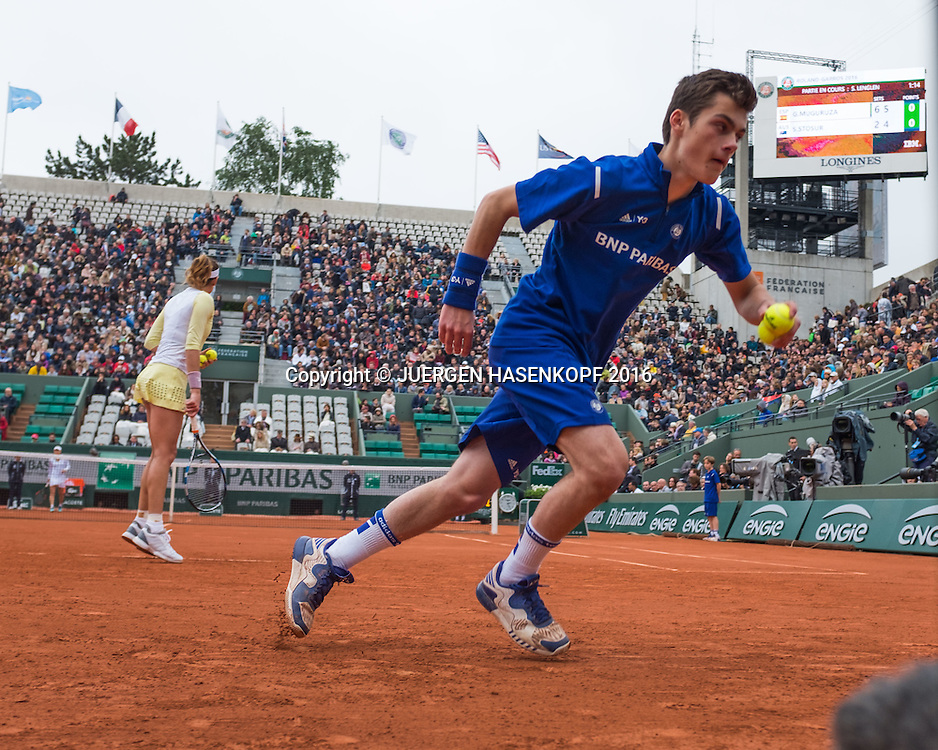 French Open 2016 Feature, Balljunge in Aktion auf Suzanne Lenglen Court<br /> <br /> Tennis - French Open 2016 - Grand Slam ITF / ATP / WTA -  Roland Garros - Paris -  - France  - 3 June 2016.