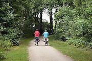 Nedrland, Well, 16-10-2011Ouder echtpaar maakt een fietstocht op een mooie herfstdag door het gemeentebos van Bergen, in natuurgebied de maasduinen.Foto: Flip Franssen/Hollandse Hoogte