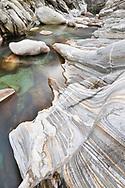 Das Flussbett der Verzasca bei Niedrigwasser im Dezember, Tessin, Schweiz<br /> <br /> Riverbed of the Verzasca with low water in Dezember, Ticino, Switzerland