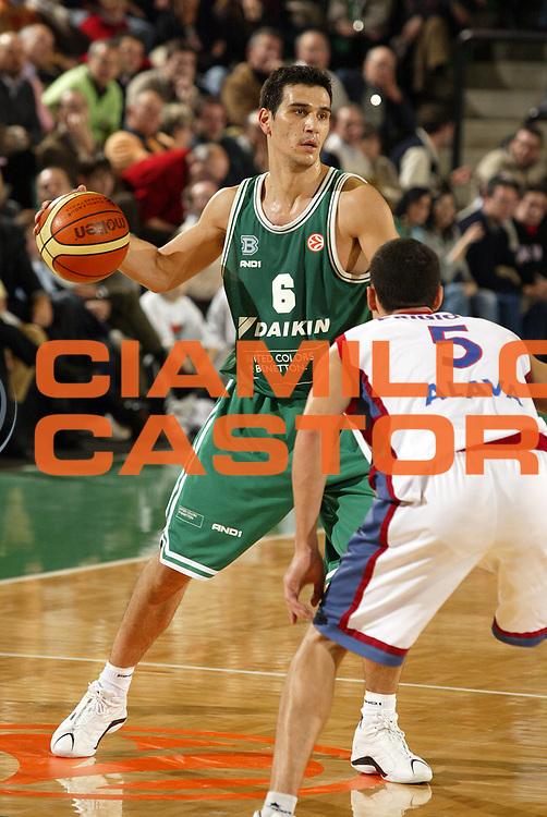 DESCRIZIONE : Treviso Eurolega 2005-06 Benetton Treviso Tau Ceramica <br /> GIOCATORE : Zisis<br /> SQUADRA : Benetton Treviso<br /> EVENTO : Eurolega 2005-2006<br /> GARA : Benetton Treviso Tau Ceramica<br /> DATA : 30/11/2005<br /> CATEGORIA : Palleggio<br /> SPORT : Pallacanestro<br /> AUTORE : Agenzia Ciamillo-Castoria/E.Pozzo