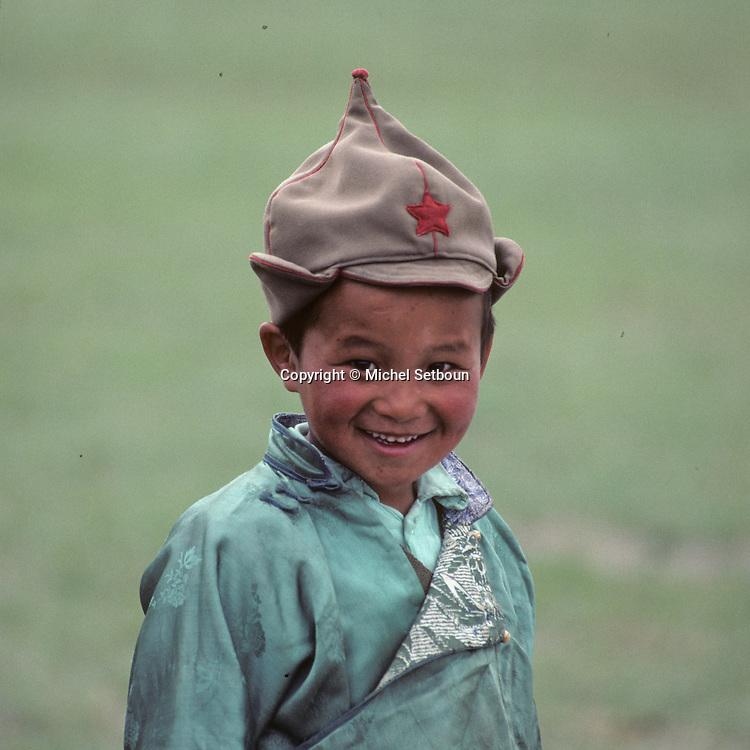 Mongolia. Horsemen from the steppe, on the outskirts of Ulan Bator.   /  jeune cavalier  portant un bonnet arborant l'êtoile rouge