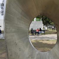 Toluca, Mex.- Como parte de la clausura del XX Simposium de esculturas en acero inoxidable realizado en Toluca, se instalo el Jardín del Arte en el parque Zaragoza, que se compone de esculturas realizadas por artistas de diversas nacionalidades que trabajaron durante una semana en esta ciudad. Agencia MVT / Crisanta Espinosa. (DIGITAL)<br /> <br /> NO ARCHIVAR - NO ARCHIVE