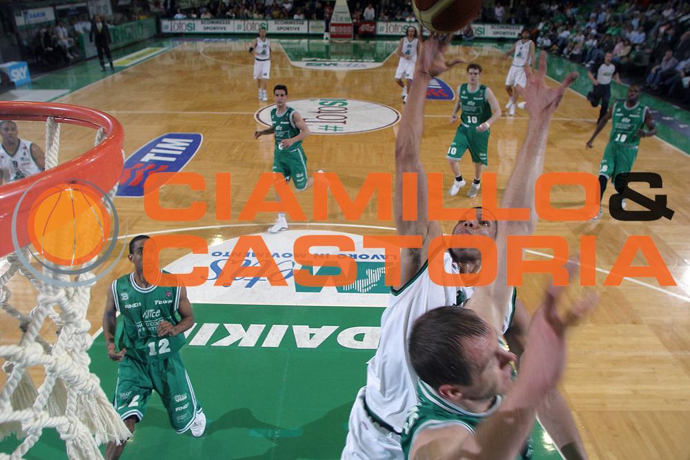 DESCRIZIONE : Treviso Lega A1 2005-06 Benetton Treviso Montepaschi Siena <br /> GIOCATORE : Hamilton <br /> SQUADRA : Montepaschi Siena <br /> EVENTO : Campionato Lega A1 2005-2006 <br /> GARA : Benetton Treviso Montepaschi Siena <br /> DATA : 14/05/2006 <br /> CATEGORIA : Special <br /> SPORT : Pallacanestro <br /> AUTORE : Agenzia Ciamillo-Castoria/E.Pozzo <br /> Galleria : Lega Basket A1 2005-2006 <br /> Fotonotizia : Treviso Campionato Italiano Lega A1 2005-2006 Benetton Treviso Montepaschi Siena <br /> Predefinita :