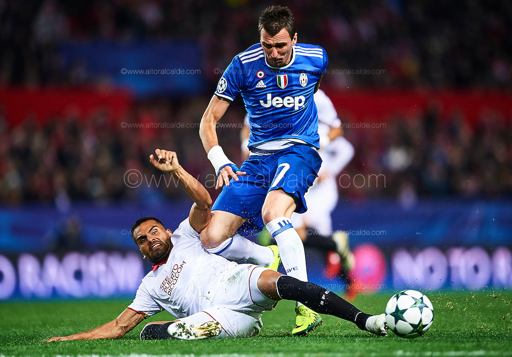 SEVILLE, SPAIN - NOVEMBER 22:  Gabriel Mercado of Sevilla FC (R) competes for the ball with Mario Mandzukic of Juventus (L) during the UEFA Champions League match between Sevilla FC and Juventus at Estadio Ramon Sanchez Pizjuan on November 22, 2016 in Seville, .  (Photo by Aitor Alcalde/Getty Images)