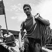 « Avant, il suffisait de lancer ses filets à quelques mètres de la rive pour ramener des kilos de sardines. Je partageais même ma pêche avec le voisinage. Mais aujourd'hui tout a changé, le poisson se fait rare ». Cordages à l'épaule, prêt à repartir en mer dans sa petite barque, Nabil, un marin pêcheur de Souiria Kedima, garde le sourire. « Quand la pêche est bonne je ramène dix kilos de poissons et gagne 100 dirhams par jour ». Ce jour là, il quittera le rivage pour parcourir 3 à 4 miles en mer afin de trouver du poisson. Il y a cinq ans, le pêcheur tirait une partie de ses revenus de la vente de l'algue rouge, une espèce rare et désormais introuvable sur les étals du village.