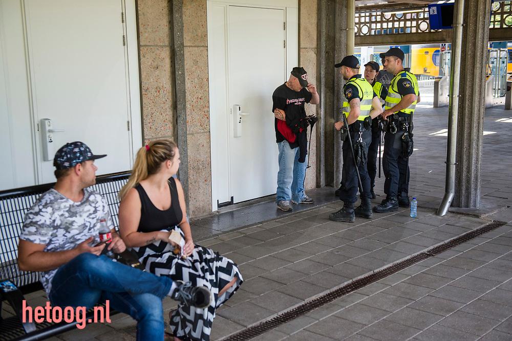Nederland, Enschede 18juni2017 Een duitser met een t-shirt waarop een citaat van Erwin Rommel staat wordt gefouilleerd en teruggestuurd naar Duitsland. Om het verbod om te demonstreren af te dwingen was de binnenstad van Enschede zondag 18 juni het domein van de politie. Hier op Enschede centraal station werden alle inkomende treinen strak in de gaten gehouden. iedereen die er 'verdacht' uit zag werd aangesproken. Er gold een samenscholingsverbod en mensen werden (preventief) gefouilleerd. Er werden arrestaties verricht en mensen werden terug gestuurd naar waar zij vandaan kwamen. Pegida demonstreerde ondertussen in Hengelo(o) waar geen demonstratie verbod van kracht was.