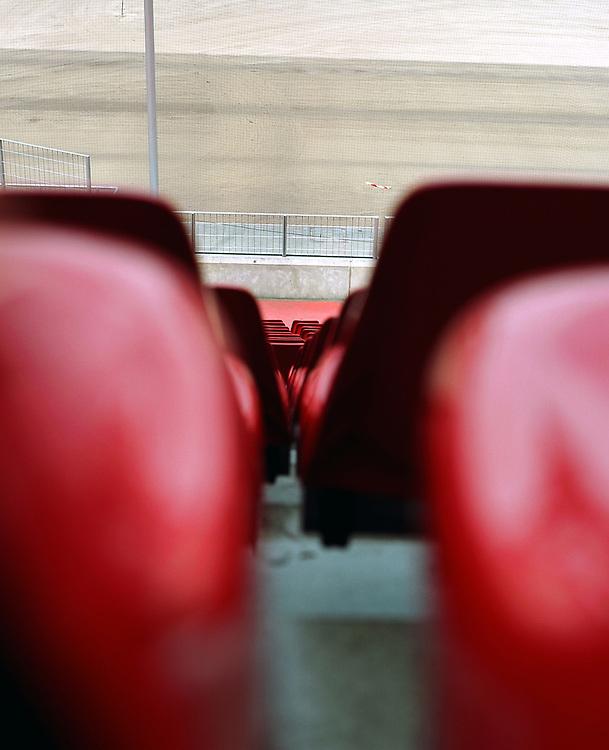 Deutschland - Fussballweltmeisterschaft 2006<br />WM Rasen - die Spur der Halme: woher kommt der<br />Rasen und wie kommt er in die Stadien ?<br />HIER: Rhein-Energie-Stadion K&ouml;ln, Testverlegung f&uuml;r<br />den FIFA-ConFed-Cup; vor der Velegung, Stadion ohne Rasen, Zuschauertrib&uuml;ne...<br />02.06.2005<br />&copy;  jungeblodt.com