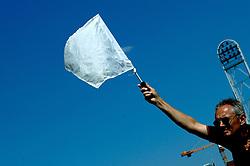 08-07-2006 ATLETIEK: NK BAAN: AMSTERDAM<br /> Kogelstoten - Witte vlag voor een goede stoot - atletiek item  <br /> ©2006-WWW.FOTOHOOGENDOORN.NL