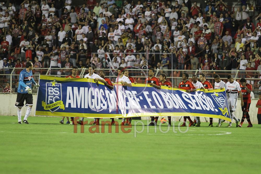 Itu, SP - São Paulo x Flamengo - Campeonato Brasileiro, jogadores entram com faixa do bom senso futebol clube, no Estádio Novelli Junior, interior de São Paulo - 13/11/2013 - Luciano Claudino/Frame
