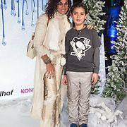 NLD/Aalsmeer/20131206 - Premiere Frozen, Chimene van Oosterhout en zoon Liam