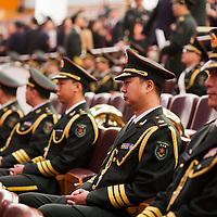BEIJING, NOV. 8, 2012 : Militaer Musiker hoeren den Reden der Politiker zu.
