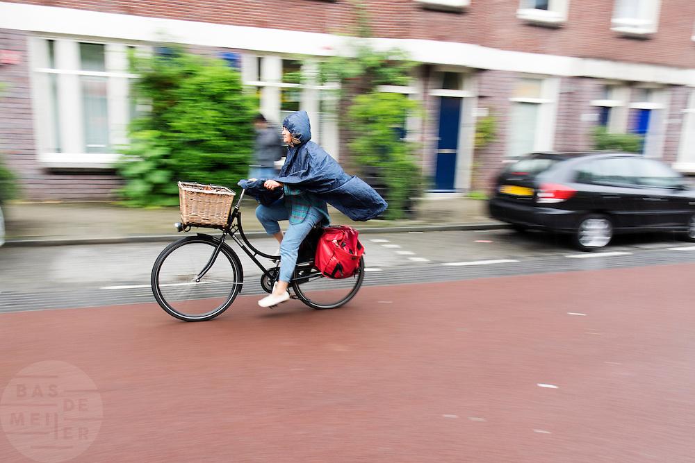 In Utrecht rijdt een vrouw op een fiets van de Fietsfabriek door de regen.<br /> <br /> In Utrecht cyclists a woman cycles in the rain.