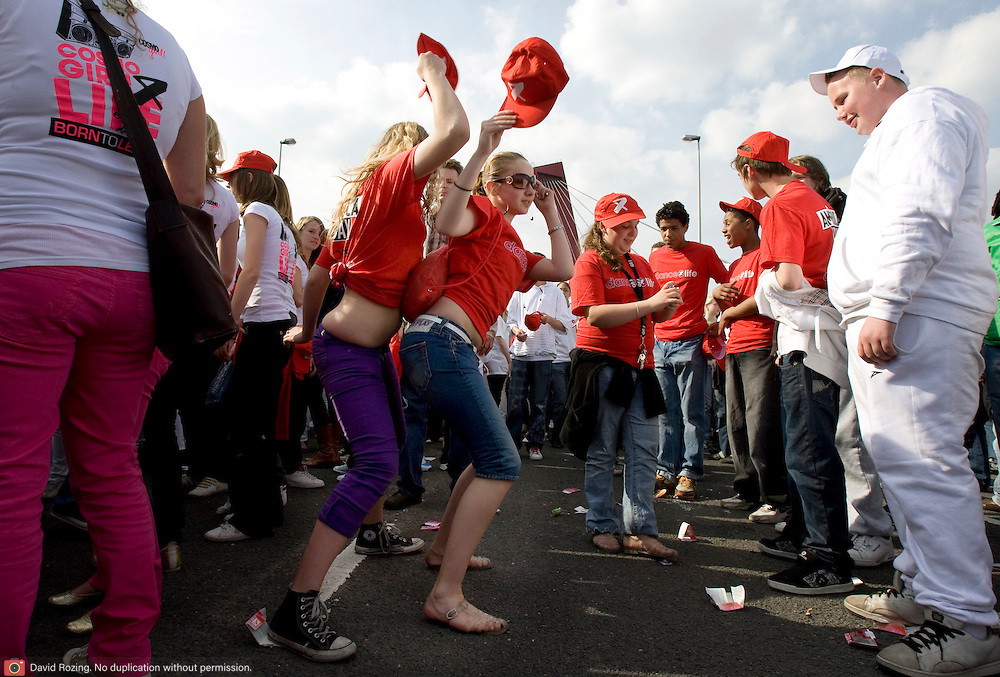 Nederland Rotterdam 26 april 2008 20080426 Foto: David Rozing .Dance for Life op Willemsbrug .Dance4Life is de internationale organisatie die zich samen met jongeren inzet om de verspreiding van hiv en aids terug te dringen. Jongeren kunnen via hun school (Schools4Life) of via Support Dance4Life in actie komen. ??Dance4Life is een internationale movement, met inmiddels negentien actieve landen. Kom ook in actie! In 2014 willen we meer dan een miljoen mensen hebben betrokken die zich actief voor Dance4Life hebben ingezet om zo een wereldwijd statement te maken...Foto David Rozing