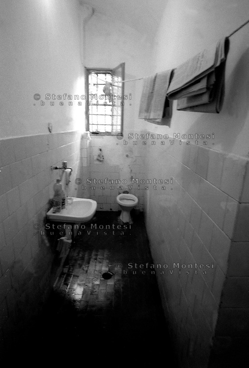 Roma 2000.Carcere di Regina Coeli  .Il bagno di un cella. Regina Coeli (Queen of Heaven) Prison..The bath of a cell