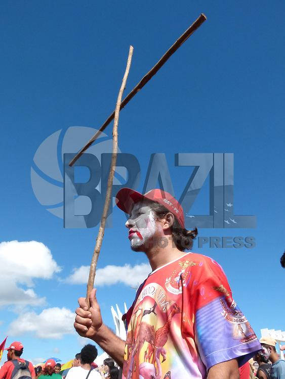 BRASÍLIA, DF 15 DE MAIO 2013. MARCHA NACIONAL CONTRA HOMOFOBIA JUNTO COM O MST EM BRASÍLIA.  Uma grande marcha contra a homofobia junto com o MST parou a esplanada dos ministérios em Brasília, indo em direção ao Congresso Nacional. A concentração foi em frente a Catedral Metropolitana de Brasília nessa manhã de quarta feira (15)..FOTO RONALDO BRANDÃO / BRAZIL PHOTO PRESS