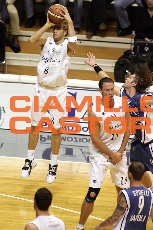 DESCRIZIONE : Bologna Lega A1 2005-06 Caffe Maxim Virtus Bologna Carpisa Napoli <br /> GIOCATORE : English <br /> SQUADRA : Caffe Maxim Virtus Bologna <br /> EVENTO : Campionato Lega A1 2005-2006 <br /> GARA : Caffe Maxim Virtus Bologna Carpisa Napoli <br /> DATA : 22/01/2006 <br /> CATEGORIA : Tiro <br /> SPORT : Pallacanestro <br /> AUTORE : Agenzia Ciamillo-Castoria/G.Ciamillo