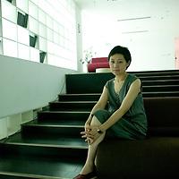 BEIJING, JULY-2 : Tong Wu,  Frau und Macherin von China's Stararchitekten Zhu Pei zwischen ihren Designs im Pekinger  Kapok Hotel.